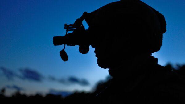 Un militar con equipo de visión nocturna, imagen referencial - Sputnik Mundo