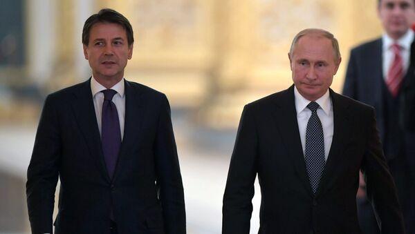 El primer ministro italiano, Giuseppe Conte, y el presidente ruso, Vladímir Putin - Sputnik Mundo