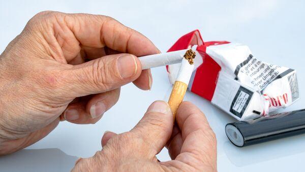 Un cigarrillo roto - Sputnik Mundo