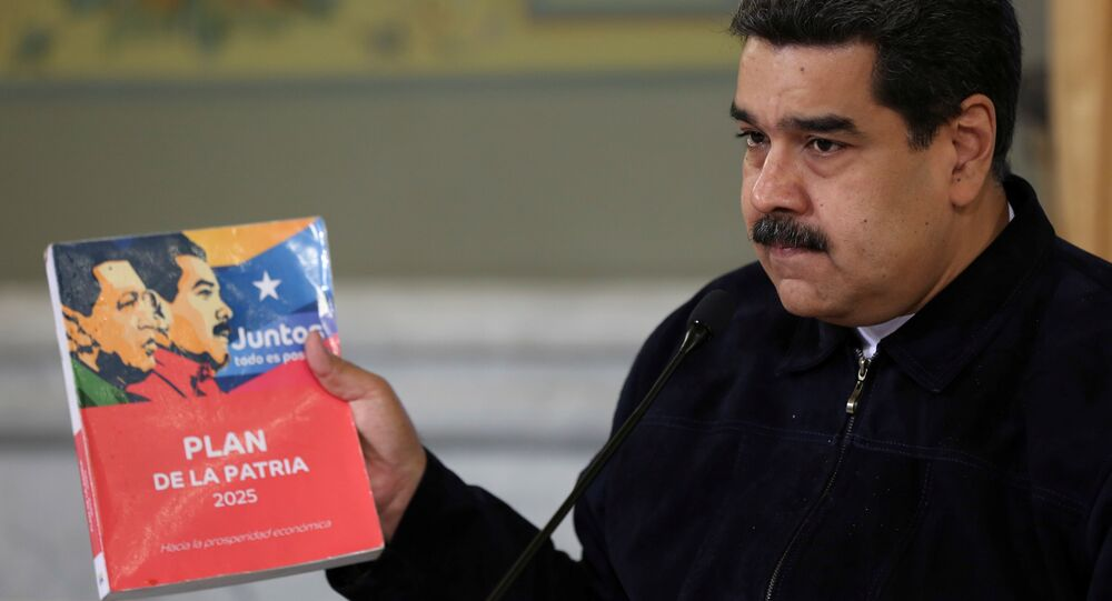 El presidente de Venezuela, Nicolás Maduro, con el Plan de la Patria