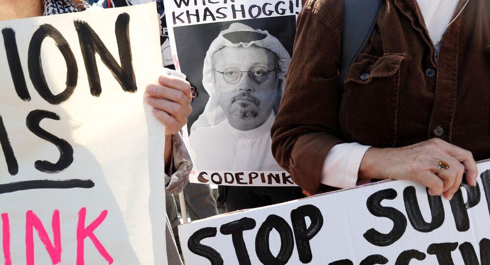 Un activista con la foto del periodista desaparecido Jamal Khashoggi