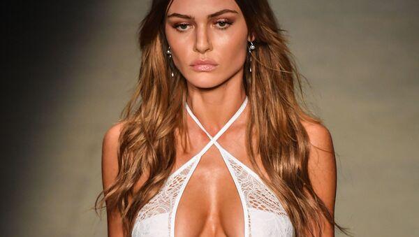 Modelos brasileñas exhiben las nuevas tendencias veraniegas en Sao Paulo - Sputnik Mundo
