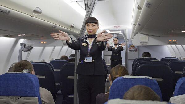 Una auxiliar de vuelo durante un instructaje, foto archivo - Sputnik Mundo