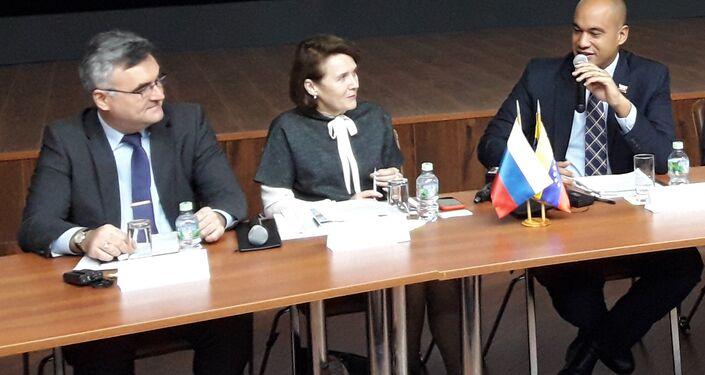 Serguéi Mélik-Bagdasárov (i), Tatiana Mashkova (c), Héctor Rodríguez (d)