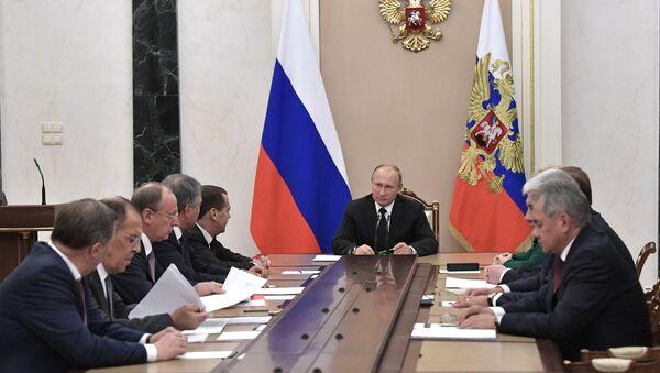 El presidente de Rusia, Vladímir Putin, con los miembros permanentes del Consejo de Seguridad ruso - Sputnik Mundo