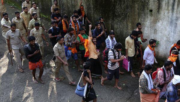 Policía del estado indio de Kerala deteniendo a más de 2.000 personas por participar en protestas no autorizadas con el fin de impedir la entrada de mujeres en edad reproductiva al templo hindú del dios Ayyappa - Sputnik Mundo