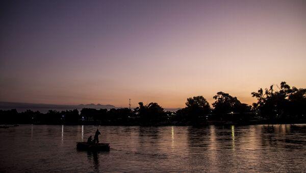 Balsero trabaja durante la mañana en el Río Suchiate, frontera entre México y Guatemala - Sputnik Mundo