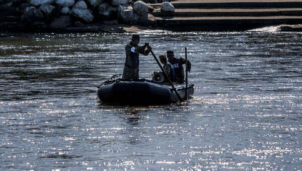 Elementos de la Marina mexicana patrullan el Río Suchiate vigilando la frontera sur de México - Sputnik Mundo