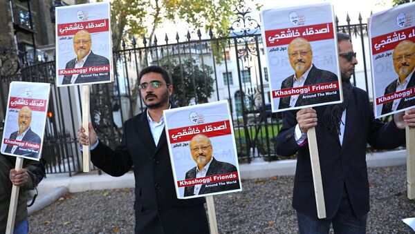 Unas personas con la foto del periodista saudí Jamal Khashoggi - Sputnik Mundo