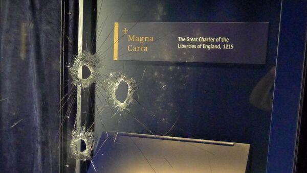 Daños en la vitrina que contenía la Carta Magna en la catedral de Salisbury - Sputnik Mundo