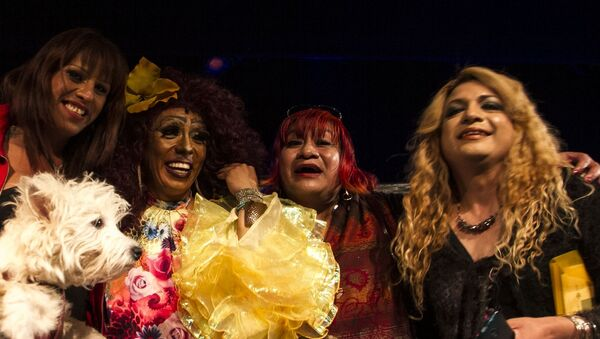 Kenya Cuevas y sus compañeras al terminar la obra de teatro Prietty Guoman que retata la violencia a la comunidad trans - Sputnik Mundo