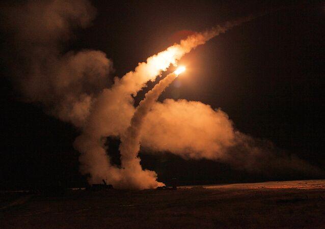 Sistemas antiaéreos S-400 lanzan misiles