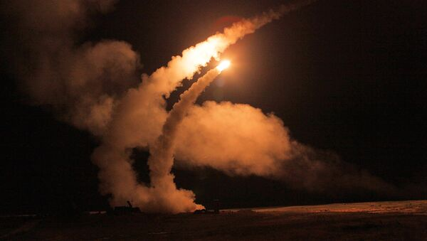 Night launch of S-400 Triumf missiles from an anti-aircraft weapon system at Ashuluk proving grounds during an Aerospace Defence Forces tactical drill - Sputnik Mundo