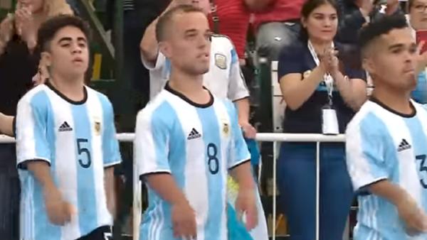 ¡El tamaño no importa! Así luchan los futbolistas enanos por la primera Copa América de Talla Baja - Sputnik Mundo