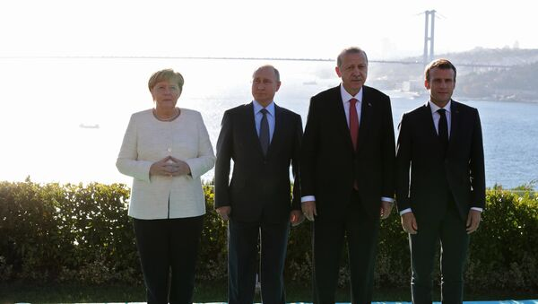 Russian President Vladimir Putin, German Chancellor Angela Merkel, Turkish President Recep Tayyip Erdogan (second from right) and French President Emmanuel Macron (right) during the meeting on Syria in Istanbul, October 27, 2018. - Sputnik Mundo