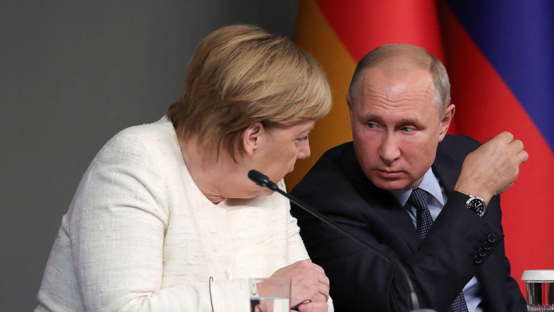 El presidente ruso, Vladímir Putin, y la canciller alemana, Angela Merkel, durante la cumbre en Estambul del 27 de octubre - Sputnik Mundo, 1920, 13.08.2021