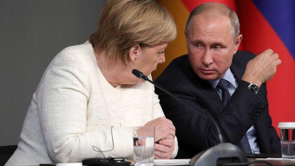 El presidente ruso, Vladímir Putin, y la canciller alemana, Angela Merkel, durante la cumbre en Estambul del 27 de octubre - Sputnik Mundo