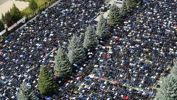 Ciudadanos de la república de Ingusetia rezan en Magas, la capital, en uno de los días de protesta - Sputnik Mundo