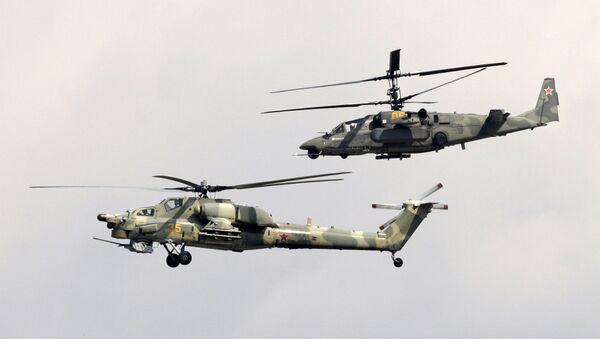 Los helicópteros de ataque Mi-28N Cazador Nocturno (al frente) y Ka-50 Tiburón Negro (al fondo) realizan un vuelo de demostración en el marco del 9º Salón Aeroespacial MAKS 2009. - Sputnik Mundo