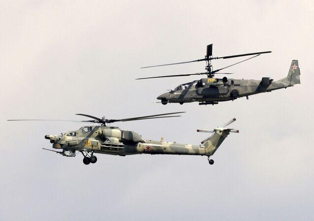 Los helicópteros de ataque Mi-28N Cazador Nocturno (al frente) y Ka-50 Tiburón Negro (al fondo) realizan un vuelo de demostración en el marco del 9º Salón Aeroespacial MAKS 2009.
