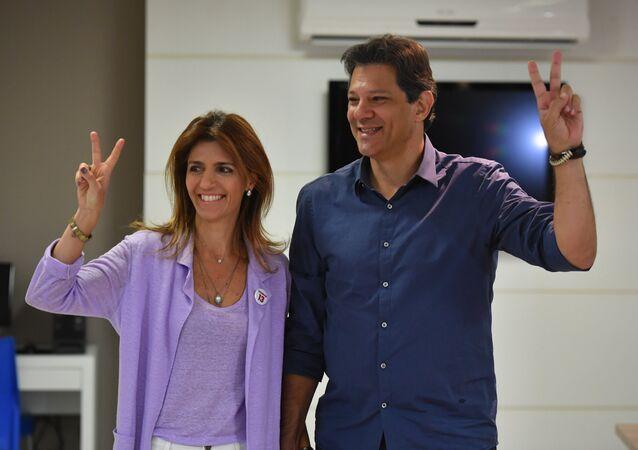 Fernando Haddad, candidato a la Presidencia de Brasil, posa al lado de su esposa, Ana Estela, tras votar
