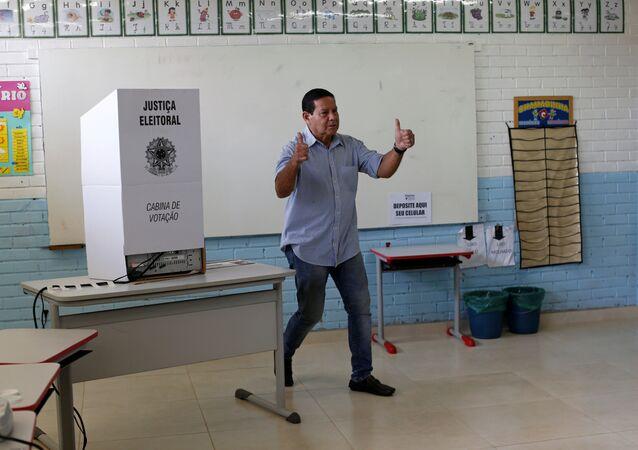 Hamilton Mourao, el vicecandidato de la fórmula electoral de Jair Bolsonaro, vota en Brasilia