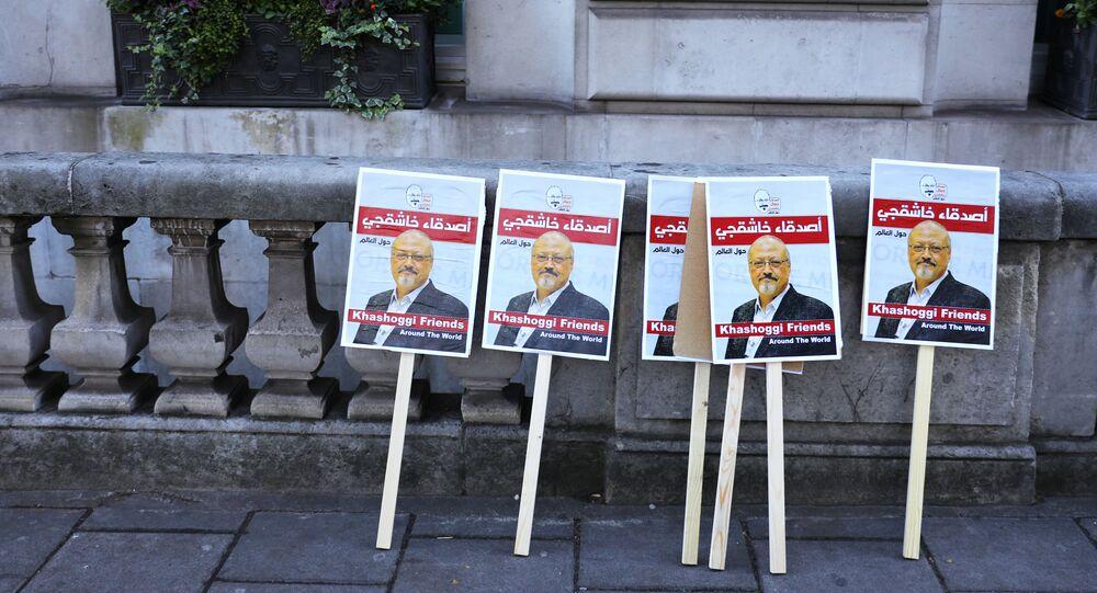 Carteles con las fotos del periodista saudí Jamal Khashoggi