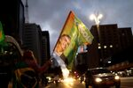Bandera con un retrato de Jair Bolsonaro