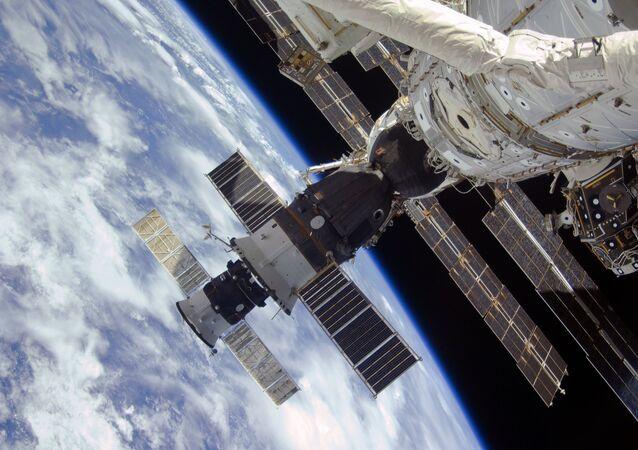 Las naves espaciales Progress y Soyuz en la EEI, en la órbita terrestre (imagen ilustrativa)