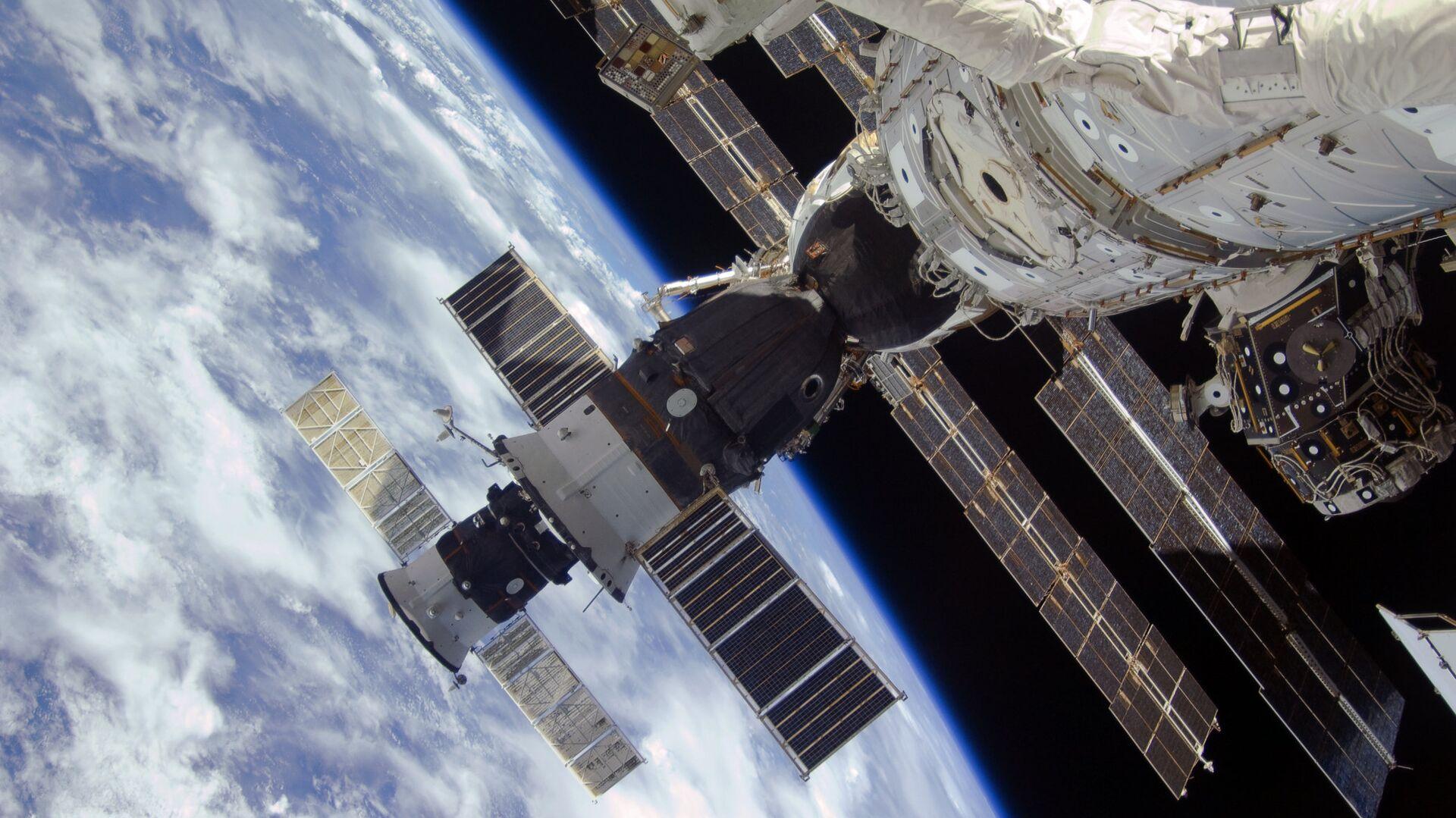 Las naves espaciales Progress y Soyuz en la EEI, en la órbita terrestre - Sputnik Mundo, 1920, 08.07.2021