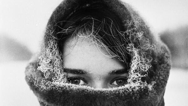 Una joven rusa en invierno, foto archivo - Sputnik Mundo