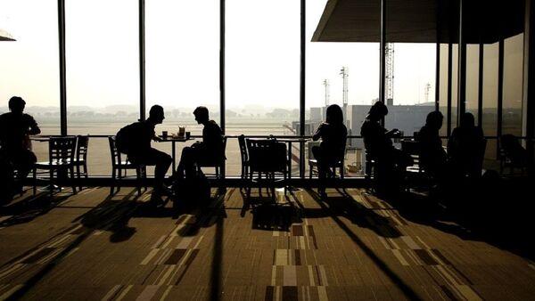 La gente en un aeropuerto - Sputnik Mundo