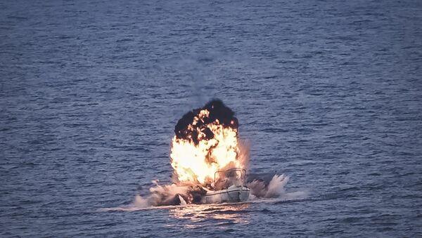 Momento de la neutralización de un barco pirata en las costas de Somalia - Sputnik Mundo
