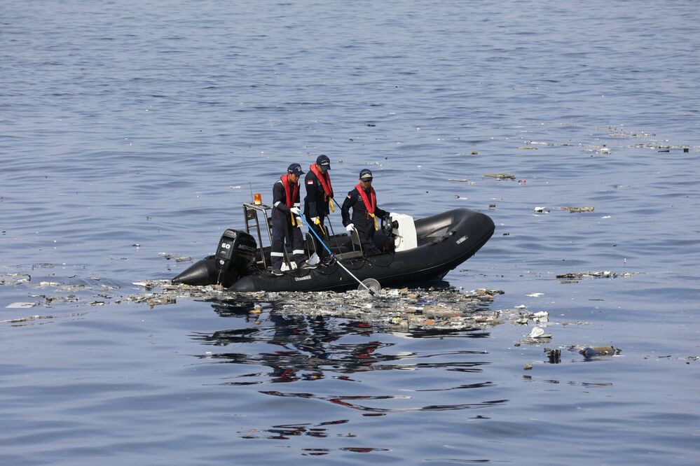 Accidente del Boeing indonesio: esto es lo que hallaron los rescatistas en el lugar de la tragedia