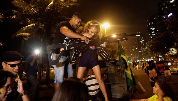 Los partidarios de Jair Bolsonaro candidato celebran su victoria - Sputnik Mundo