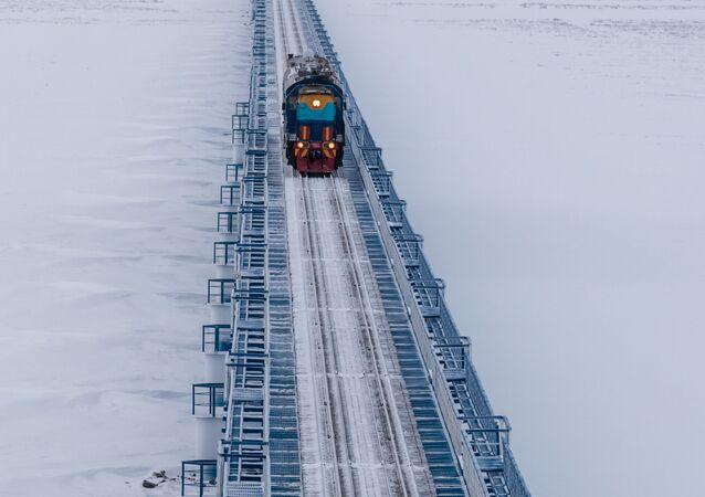 El puente ferroviario sobre el río Yuribéi, el más largo del mundo fuera del círculo polar ártico (ferrocarril Óbskaya-Bovanénkovo)
