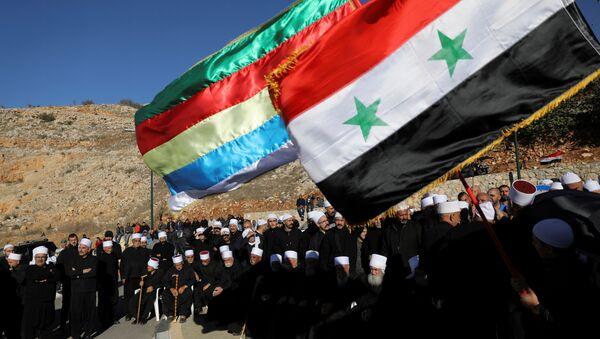 Los árabes drusos en los Altos del Golán ocupados por Israel celebran una protesta contra las elecciones frente a un centro de votación municipal en Majdal Shams - Sputnik Mundo