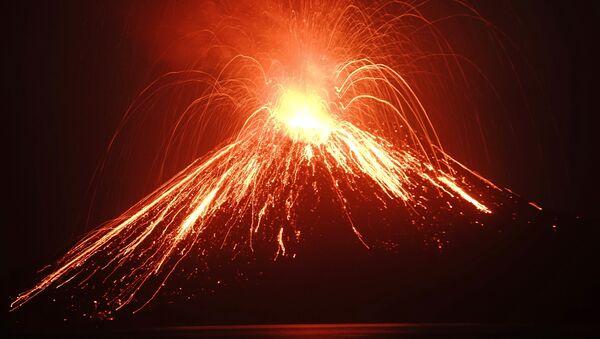 La erupción del volcán Krakatoa (julio de 2018) - Sputnik Mundo