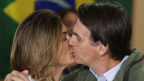 Michelle y Jair Bolsonaro se dan un beso - Sputnik Mundo
