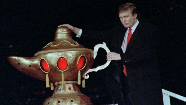 Donald Trump durante la ceremonia de inauguración del complejo de casinos, hoteles y restaurantes Trump Taj Mahal - Sputnik Mundo