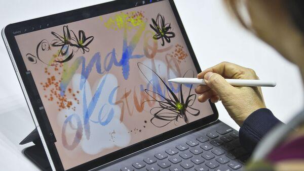 Японская художница Mako Oke во время тестирования нового iPad Pro в Нью-Йорке  - Sputnik Mundo