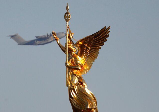 Un avión Airbus A-400 M de la Fuerza Aérea alemana sobrevuela la estatua dorada de Victoria sobre la Columna de la Victoria en Berlín.