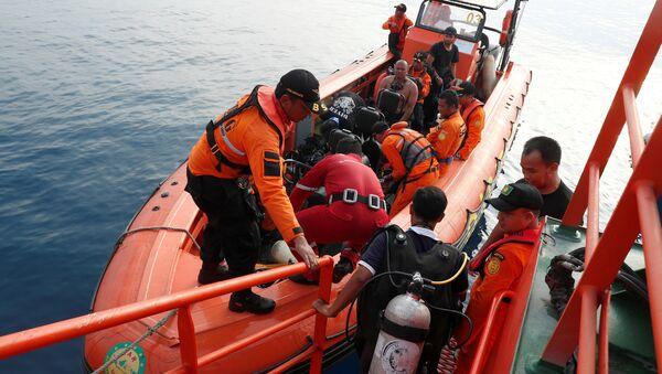 Buzos durante la operación de rescate tras el siniestro del Boeing 737 indonesio - Sputnik Mundo