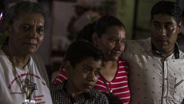 Madre e hija originarias de Honduras reunidas en México tras 14 años sin verse, durante la 14° Caravana de Madres Centroamericanas - Sputnik Mundo