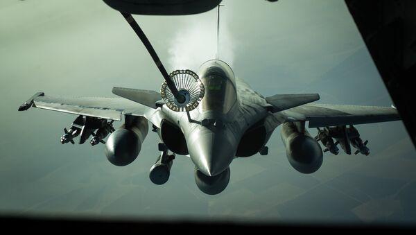 Un caza francés Rafale repostado por un avión cisterna estadounidense KC-10 sobre Irak en 2016 (archivo; 2016) - Sputnik Mundo