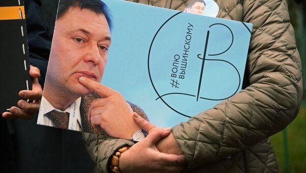 Activista con la imagen del director del portal RIA Novosti Ukraina, Kiril Vishinski - Sputnik Mundo