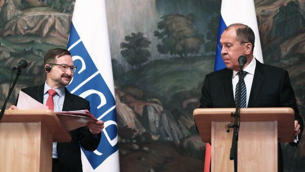 El secretario general de la OSCE, Thomas Greminger, y el ministro ruso de Exteriores, Serguéi Lavrov, en una rueda de prensa tras finalizar una reunión en Moscú - Sputnik Mundo