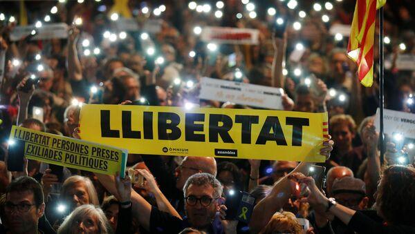 Manifestantes en Barcelona con carteles piden libertad para los presos políticos - Sputnik Mundo