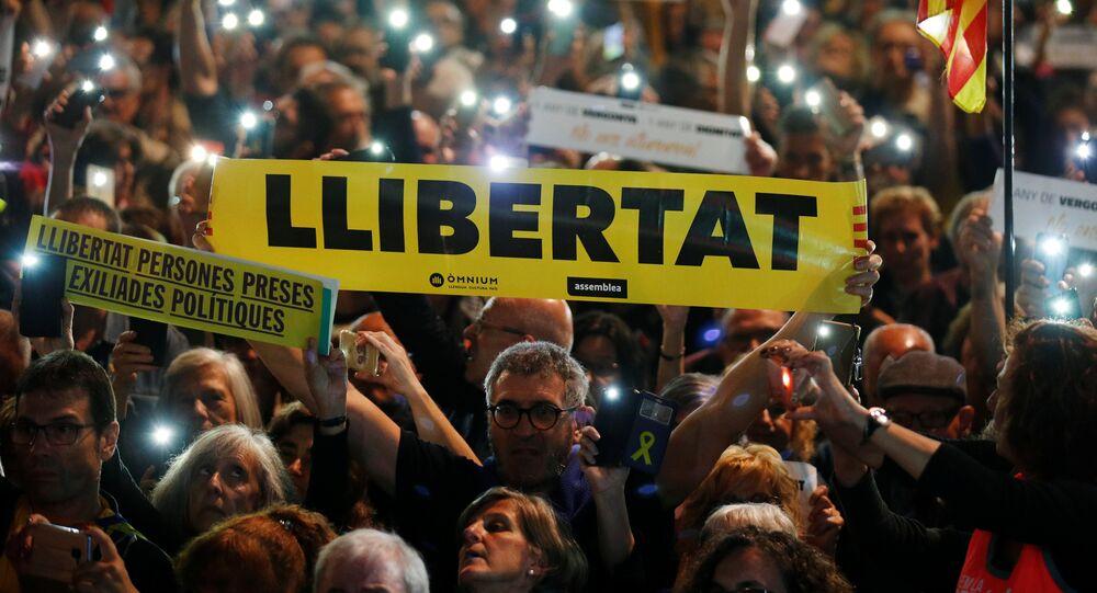 Manifestantes en Barcelona con carteles piden libertad para los presos políticos