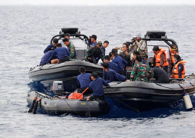 Los equipos de rescate implicados en la búsqueda de los restos del avión Lion Air que se estrelló en el mar de Java en 30 de octubre